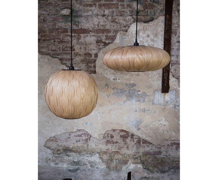 Strahlen Sie mit dieser Pendelleuchte um die Wette. In seiner zusammengesteckten Holz-Optik sticht das ovale Modell BOND von Dutchbone sofort heraus und verleiht Ihren Räumen mit seiner sanften Lichtquelle ein gemütliches Flair.