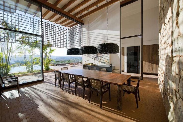 OASI TROPICALE IN BRASILE: DINING ROOM APERTO SUL VERDE Cancella qualsiasi separazione tra interno ed esterno il living open-space con ampia sala da pranzo, vetrate scorrevoli sul lussureggiante giardino con piscina.