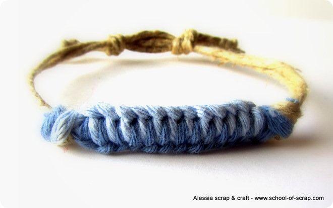 Oggi mi sono fatta un braccialettino.  Con due fili di spago di corda, un filo di cotone azzurro, un filo di cotone blu lavorati a macramè semplice semplice.