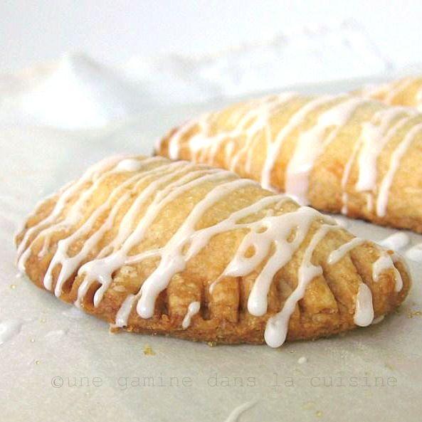 une gamine dans la cuisine: Strawberry-filled Mezzaluna Cookies