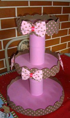 Aprende cómo hacer fácilmente un stand o exhibidor para colocar postres o cupcakes usando foamy (goma eva) y círculos de unisel. Es una ide...