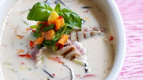 Thaikokossuppe med fisk og salat