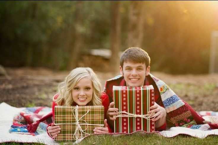 Holiday-Inspired Engagement Photos|Bridal Guide
