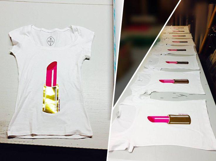 """Vielen Dank für die zahlreichen Bestellungen. Ihr bestätigt uns in unserer Idee und unserem Schaffen! Die Produktion ist in vollem Gange. Wir haben mit diesem Ansturm nicht gerechnet und hoffen allen Vorbestellungen für das T-Shirt """"lipstick"""" (Kollektion """"glamour"""") schnellstmöglichst gerecht zu werden.  Euer S&L-Team"""