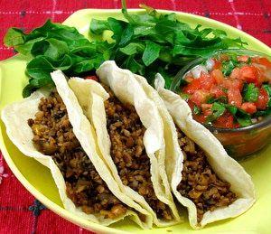 """Los vegetarianos también comen tacos: Picadillo de soya: Sabrosos, nutritivos, económicos y muy versátiles son los tacos de """"carne"""" de soya acompañados con una rica <a href=""""http://comidamexicana.about.com/od/AntojitosYSalsas/r/Pico-De-Gallo-Salsa-Fresca.htm"""">salsa fresca pico de gallo</a>."""