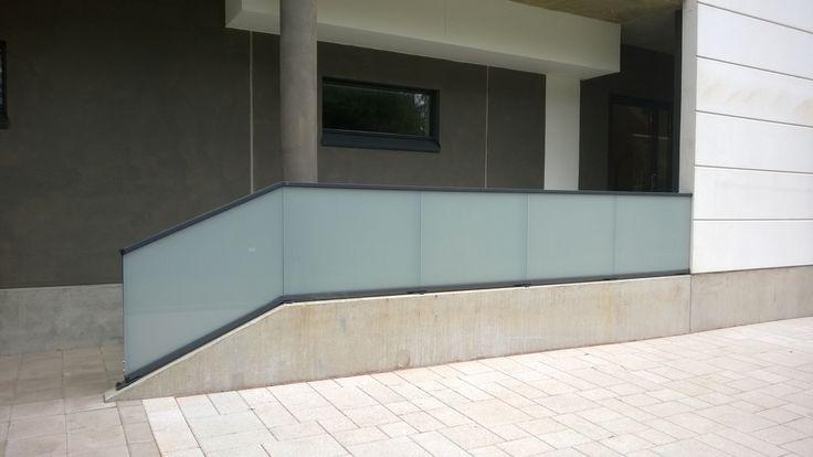 Mangler du et glasværn til ny trappe eller altan? Så kontakt Alument, der både markedsfører og monterer elegante glasværn.
