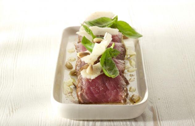Rundvleesrolletjes, gevuld met aardappelblokjes, groene boontjes en ansjovis