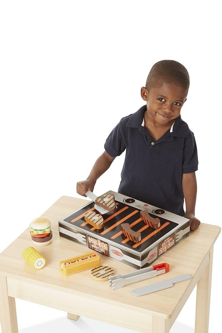 Deze 20-delige barbecue set van Melissa and Doug bestaat uit een hotdog, hamburger, vega burger, kip, biefstuk, spareribs, maiskolf, verschillende soorten toppings, placemat, keukengerei en natuurlijk een barbecue. De stukken vlees zijn voorzien van twee verschillende afbeeldingen. Aan de ene kant is een afbeelding te zien van nog rauw vlees en aan de andere kant is het vlees gebakken. Het ideále speelgoed om de hand-oog coördinatie mee te stimuleren.