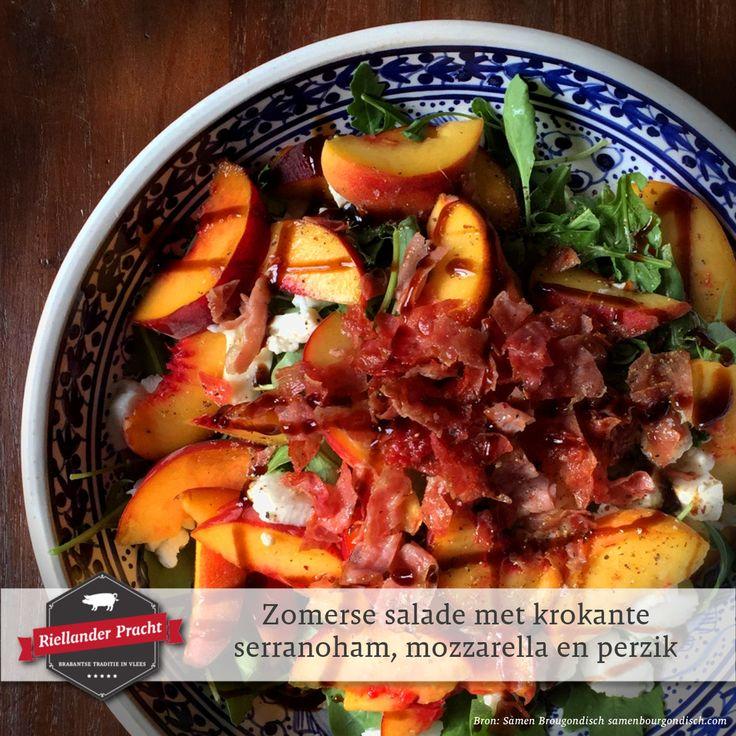 We hebben al een paar heerlijke zomerse dagen achter de rug en de komende week belooft ook stralend te worden. 😎🌞En wat past er beter bij dit weer dan een zomerse salade. Als lunch, bijgerecht of hoofdgerecht. Daarom delen we deze week elke dag een lekkere zomerse salade met jullie.   En het eerste recept van 'De week van de zomerse salade' is...  Recept: zomerse salade met krokante serranoham, mozzarella en perzik  INGREDIËNTEN (2 personen) • 3 perziken • 4 plakjes serranoham • 1/2 bol…