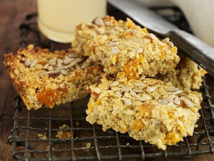 Selbst gemachte Müsliriegel mit Aprikosen, Erdnüssen und Sesam   http://eatsmarter.de/rezepte/muesliriegel