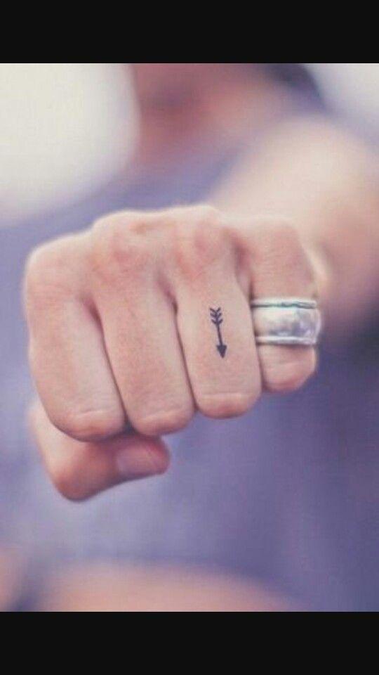 Tatuaje de flecha en el dedo