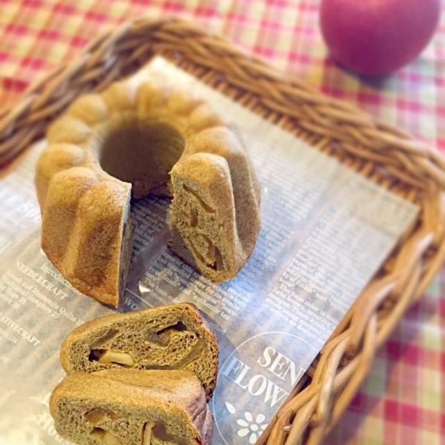 紅茶パウダー入りなので、茶色い生地。 自家製セミドライアップルを巻き込みました (^_^)♪ - 55件のもぐもぐ - 紅茶とりんごのクグロフ(酒種) by zuminmama