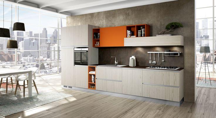 Finiture legno e colore arancio nella cucina ALBINIA