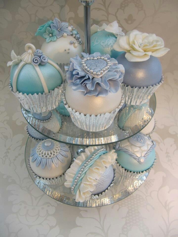 I cupcake perfetto per il tema di matrimonio azzurro, Carinissimi. Beautiful cake pops? Or are they cupcakes?