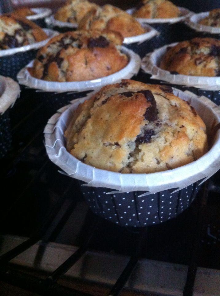 Vrai Muffins au pépites de chocolat! Au top:) 300g Farine 100g sucre 25cl lait 75g beurre fondu 2 pincées de sel 1 sachet de levure chimique 1 œuf Pleins de pépites de chocolat Mélanger les ingrédients secs d'un côté et les liquides de l'autre. Mélanger le tout en laissant des grumeaux! Ça c'est Le secret des vrais muffins à l'américaine! Disposer l'appareil dans des caissettes rigides ou moules à muffins. Enfourner dans un four préchauffé 180 degrés 15 à 20 mn! Déguster miam