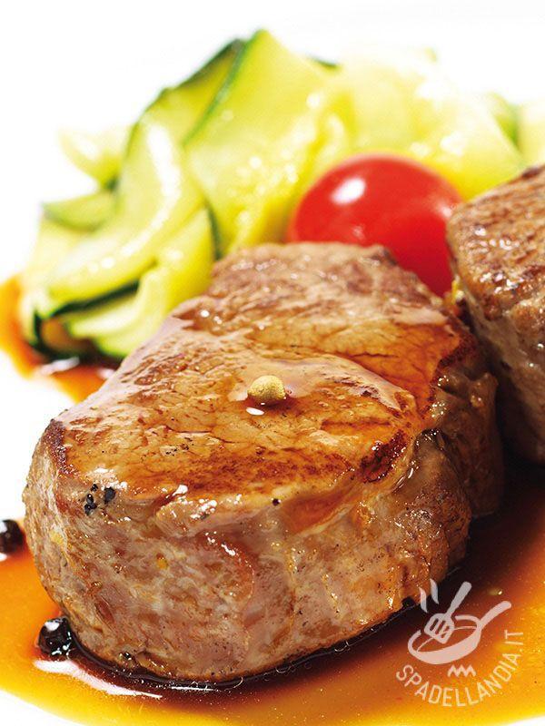 Il Filetto di manzo al cognac è un secondo piatto gustoso, velocissimo, facile facile ma dal sapore raffinato e piuttosto originale.