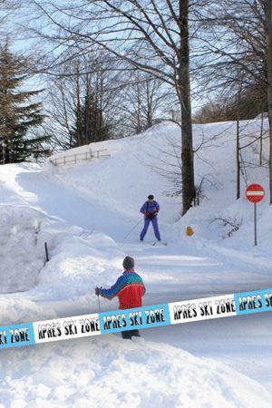 Markeerlint apres ski. Dit 15 meter lange markeerlint is een leuke aanvulling op uw (apres ski) feest, bv. om bepaalde ruimtes af te zetten of als decoratie aan de muur, bar, tafels en/of stoelen.