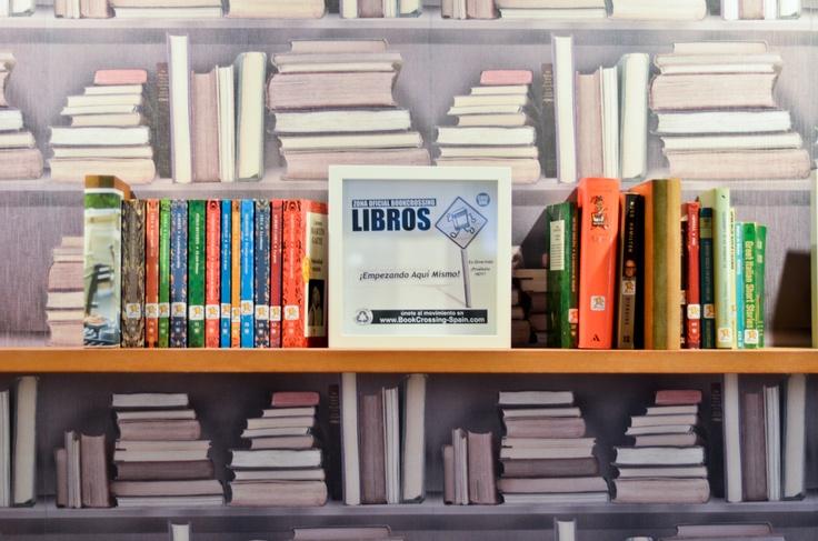 Cualquier libro sobre cualquier estantería del hotel o de Sugarri está a tu disposición hacemos Bookcrossing