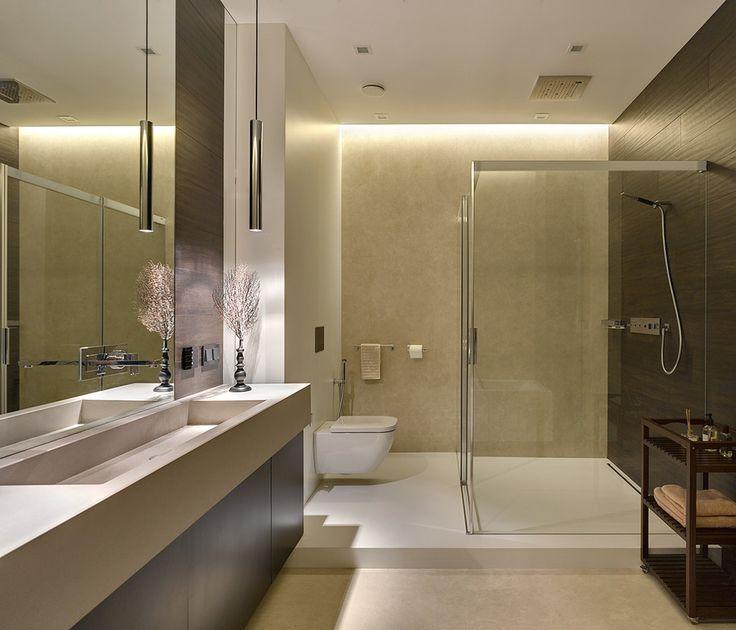Современный дизайн ванной комнаты. Большая зона для принятия душа со стеклянными перегородками и встроенным душевым гарнитуром. А также большой прямоугольной раковиной и встроенным смесителем. #мебель_для_ванной #накладная_раковина #большая_раковина #смеситель_для_раковины