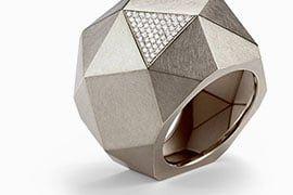 Ungewohnte Materialien, extreme Formen: Entdecken Sie Schmuck aus Edelstahl, Acryl und strahlenden Synthesen. Echt ausgefallen, echt Niessing.