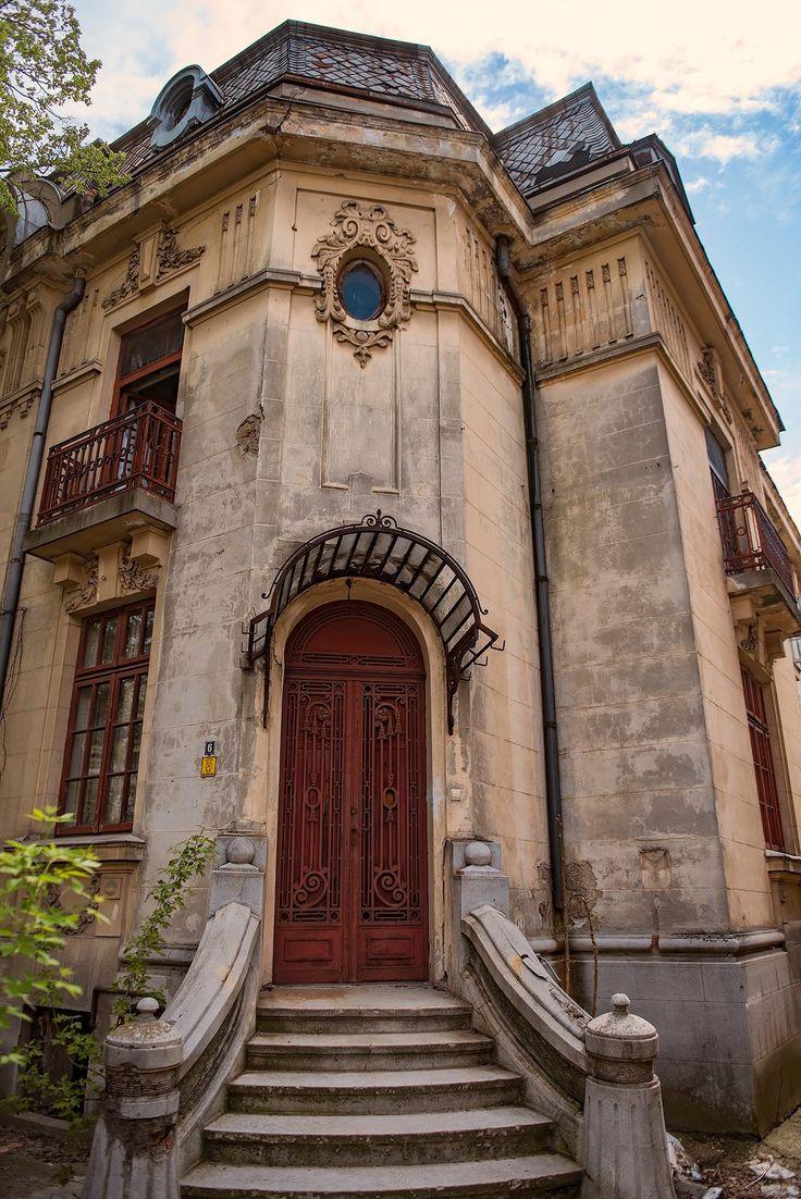 O casă ca un îndemn la visare. Uneori, în București, frontiera dintre vis și realitate e cât se poate de subțire.  fotografie de Alberto Groșescu.