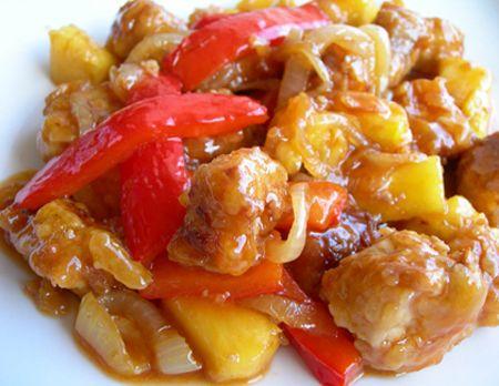 El cerdo agridulce junto al pollo al limón, es quizás una de las recetas más típicas de los restaurantes chinos... Y no sé vosotros, pero yo siempre me quedo pensando cómo se preparará esa