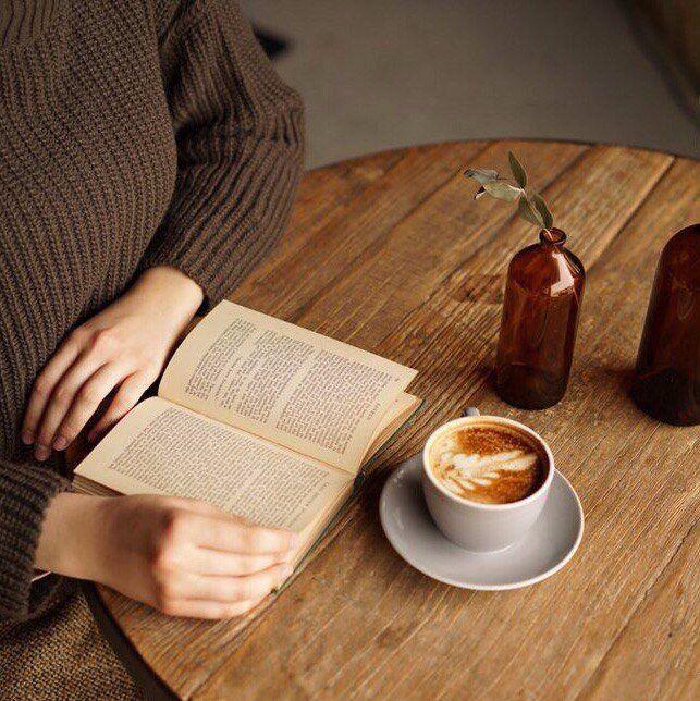 """""""С судьбами всё обстоит так же, как со священными книгами: смысл им придаёт чтение. Закрытая книга нема; она заговорит, только когда её откроют. И язык, на котором она заговорит, будет языком того, кто склонился над её страницами: он передаст оттенки его надежд, желаний, стремлений, наваждений, страстей, смятений. События — как фразы в книге, сами по себе они не имеют иного смысла, кроме того, который им придают"""" (Эрик-Эмманюэль Шмитт. Концерт «Памяти ангела»).  #книги #чтение #фото #цитаты"""