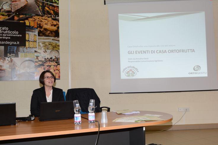 La Dott.ssa Annalisa Dessì, Responsabile Comunicazione AgriSestu ha completato la presentazione del progetto con gli eventi di sensibilizzazione e di coinvolgimento del consumatore finale come strategia fondamentale per incentivare il consumo dei prodotti ortofrutticoli ed in particolare di quelli di qualità.