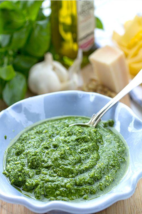 [ Klassisk pesto ] 50 g pinjenötter / 2 krk basilika / 1 vitlöksklyfta / 100 g parmesanost / 2 dl olivolja / salt, svartpeppar | (1) Rosta pinjenötterna. Stöt basilika och pinjenötter i en mortel, eller kör i en mixer eller matberedare. Lägg i vitlök och lite av oljan. Fortsätt att stöta. (2) Tillsätt den rivna parmesanosten, rör om. Smaka ev. av med salt + nymalen svartpeppar.