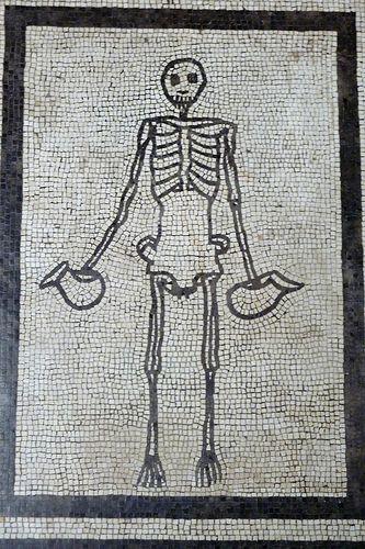Vivre est dangereux, on en meurt... / Mosaïque. / Skeleton mosaic. / Pompeii. / Italy. / Italie./