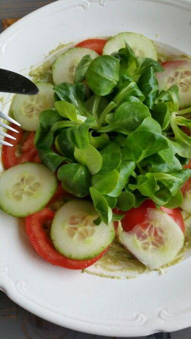Avocado eiersalade met komkommer, tomaat en veldsla