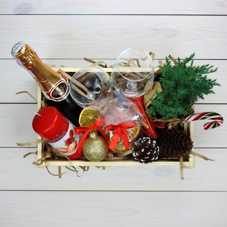 Новогодний ящик с бокалами, свечкой, живой елочкой и многим другим, для ваших родных.