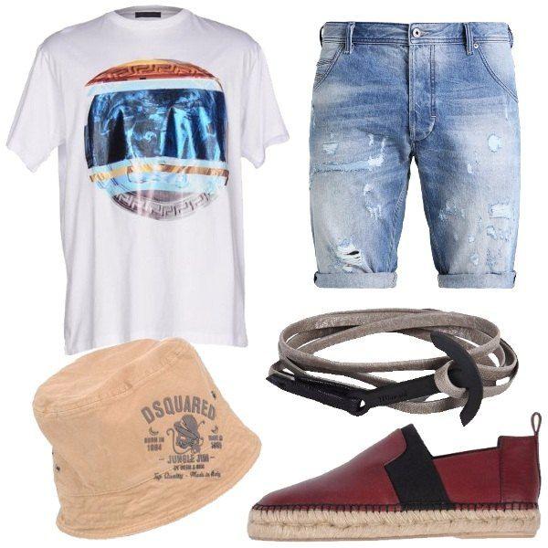 Outfit composto da shorts di jeans, t-shirt bianca con stampa, espadrillas in pelle con suola in gomma, cappello in cotone con logo e bracciale in metallo e pelle.