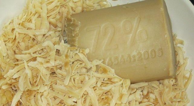 Хозяйственное мыло по своим микробиологическим свойствам самое эффективное из гигиенических средств. Польза хозяйственного мыла известна давно. Ведь этот желто-коричневый кусок мыла способен отмыть не только бактерии, но даже мазут. Это мыло смывает и масляную краску. Особенно это касается мыла хозяйственного в 72% жирности. Единственным противоаллергенным из экологически чистых продуктов современной химии остается хозяйственное мыло. Состав хозяйственного мыла очень прост. В