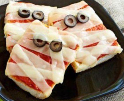 pizza de pão de forma de múmia para o dia das bruxas halloween