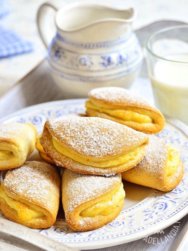 I Sochniki sono biscotti ucraini che possono avere nel ripieno, oltre a ricotta e panna acida, anche fragole e mirtilli. Si servono con del buon tè.