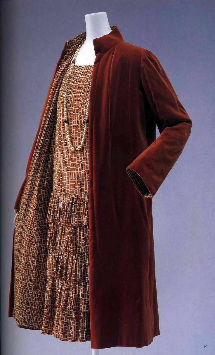 Дневной ансамбль. Габриэль Шанель, около 1927. Комплект из пальто и платья, платье из коричневого крепдешина с набивным рисунком, низкая талия, юбка с воланами, собранными на сборку, пальто из коричневого вельвета с подкладкой из такого же материала, как и платье.