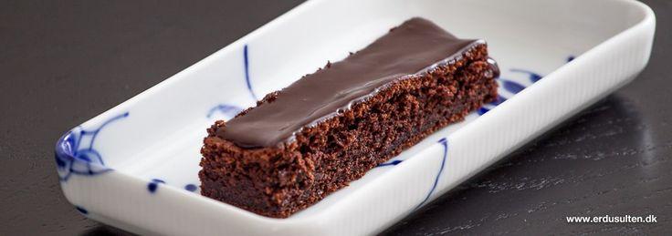 Chokoladekage med glasur - en klassiker. Perfekt til klassens time eller måske som fredagskage på jobbet?