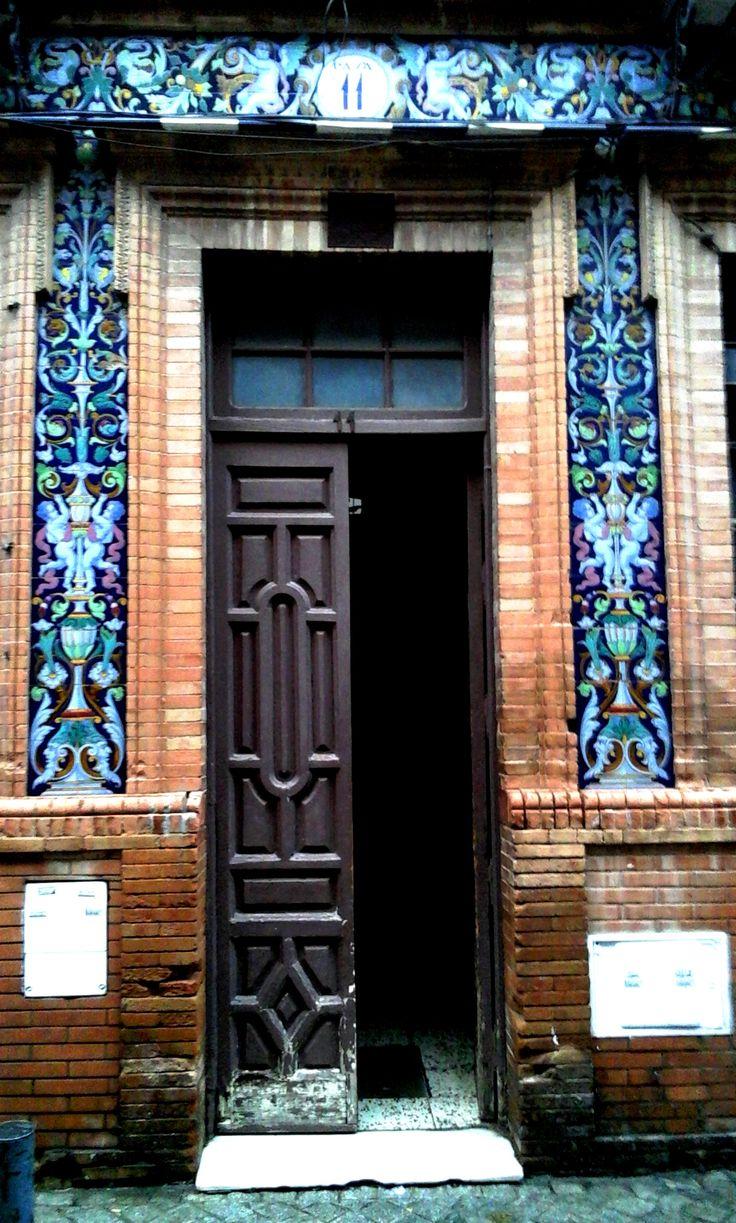 Bela porta no bairro de Triana em Sevilha, na província de Sevilha, Comunidade Autônoma da Andaluzia, Espanha.