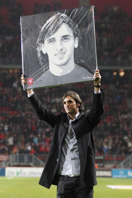 Bryan Ruiz neemt zijn portret in ontvangst  By Anita Reijnders iov FC Twente