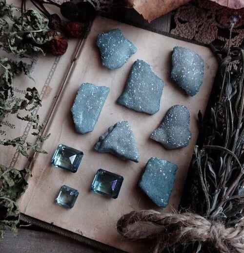 серо-голубые камни