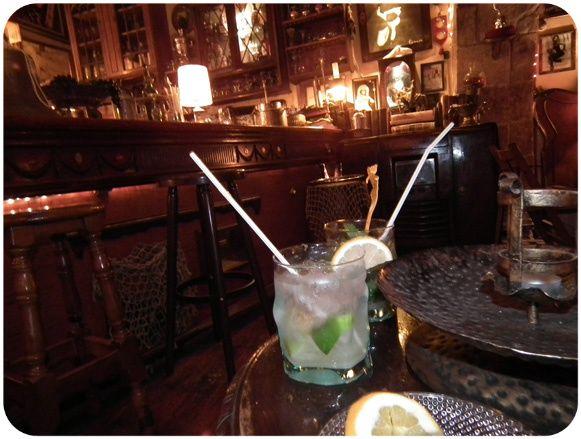 Temabaren Hook Bar i Barcelona är en underbar detaljrik piratbar. För den som undrar var Peter Pan och Kapten Jack Sparrow håller till en fredagskväll så är det garanterat här!
