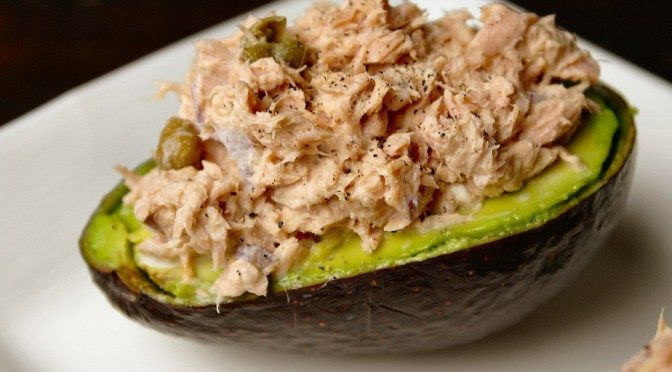 Lekker lunchen! Gevulde avocado met tonijnsalade - Lovemyfood.nl
