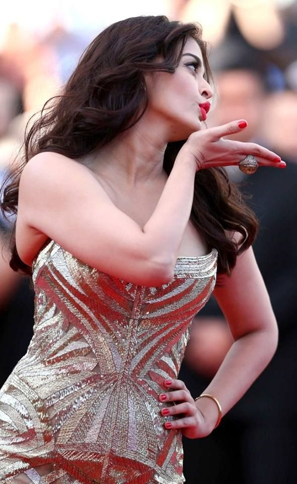 #AishwaryaRaiBachchan has announced that she will be starring in 'Kahaani'.  #Jazbaa #AishwaryaRai