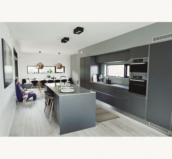 Kjøkkenmodellen vår er fra HTH og hter VH-7. Fargen er koksgrå med en benkeplate i komposittstein.