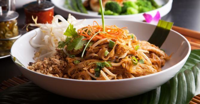 Recette de Pad thaï ou nouilles de riz sautées au poulet. Facile et rapide à réaliser, goûteuse et diététique. Ingrédients, préparation et recettes associées.