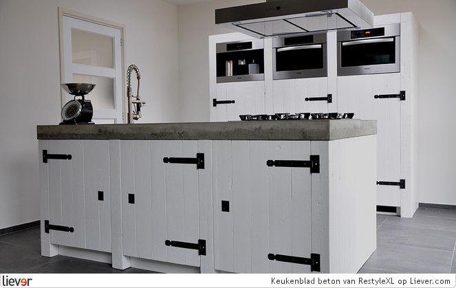 Landelijk stoere keuken met keukenblad van beton