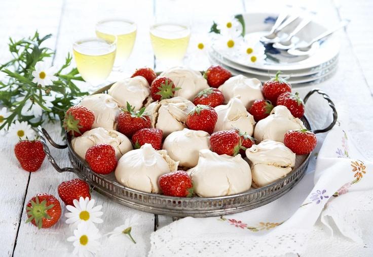Sommer, sol, jordbær og mmmmmmmarengs