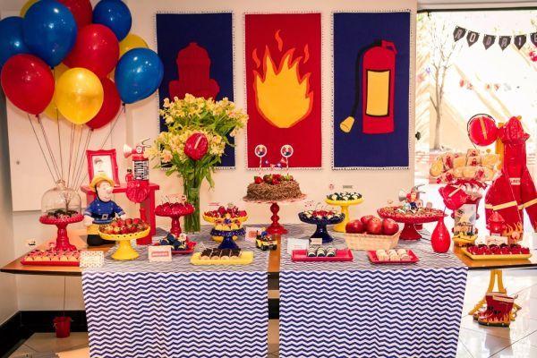 A decoração de festa infantil tema bombeiros é diferente, mas diverte muito (Foto: tudosimplesedecorado.blogspot.com.br)