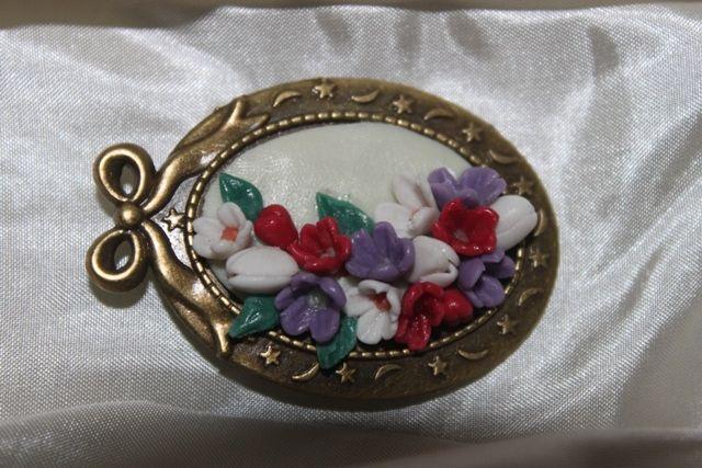 Bijuterii handmade din portelan: 58.Brosa handmade cu flori lucrate din portelan rece,pret 25 ron+taxe de transport.